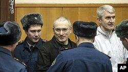 霍多尔科夫斯基(中)与他的同案被告列别杰夫(右)周一出现在莫斯科的法庭上