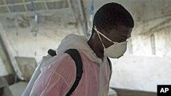 콜레라 환자 수용소를 소독하는 보건요원