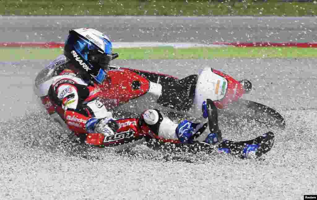 이탈리아에서 열린 산마리노그랑프리 오토바이 경주에서 포르투갈의 미구엘 올리베이라 선수가 넘어지고 있다.