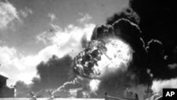 1941年12月7号,美国珍珠港遭到日本战机袭击,美国水手站在飞机残骸前(资料照)