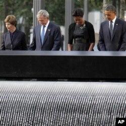 លោកប្រធានាធិបតី បារ៉ាក់ អូបាម៉ា និង ភរិយា (ស្តាំ) ព្រមទាំងលោកអតីតប្រធានាធិបតី ចច ដាប់បឹលយូ ប៊ូស (George W. Bush) និង ភរិយា (ឆ្វេង) ស្មឹងស្មាធិ៍នៅក្នុងពិធីរំឭកខួប១០ឆ្នាំនៃការវាយប្រហារភេរវកម្មថ្ងៃទី១១ខែកញ្ញាឆ្នាំ២០០១ នៅបូជនីយដ្ឋាន