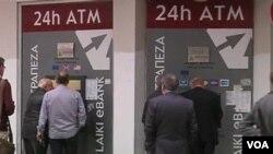 국가부도 사태에 직면해 있는 키프로스의 한 은행 자동인출기 앞에 현금을 인출하려는 사람들이 줄을 서 있다.