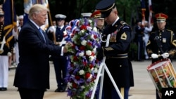 美国总统川普在华盛顿附近的阿灵顿国家公墓敬献花圈。(2017年5月29日)