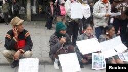Nông dân thiểu số ở Dak Nong cầm biểu ngữ phản đối trước tòa nhà Quốc Hội tại Hà Nội, 2012.