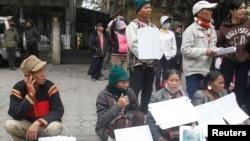 Hàng trăm nông dân từ nhiều nơi đến Hà Nội kêu gọi giúp đở vì họ nói rằng đất của họ bị chính quyền địa phương chiếm