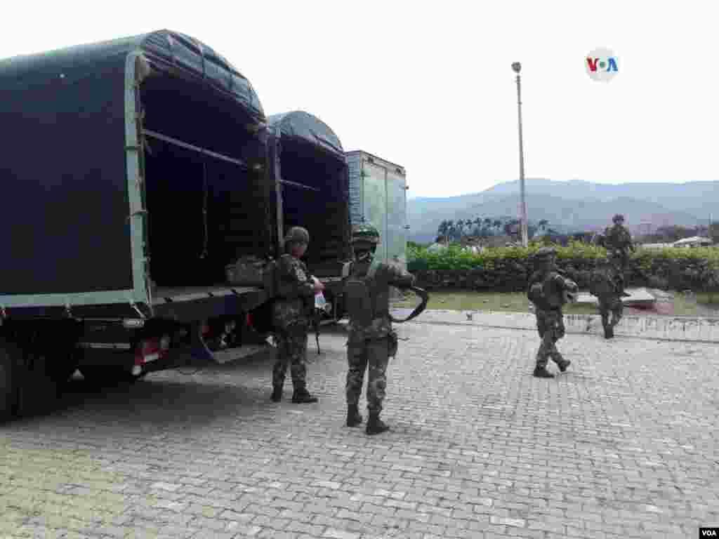 Llegan al puente Internacional Simón Bolívar fuerzas especiales del ejército colombiano, el 30 de abril de 2019.