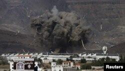 Meski gencatan senjata diberlakukan Selasa (12/5), koalisi pimpinan Saudi membom lokasi militer Houthi di Sana'a, Yaman (12/5).
