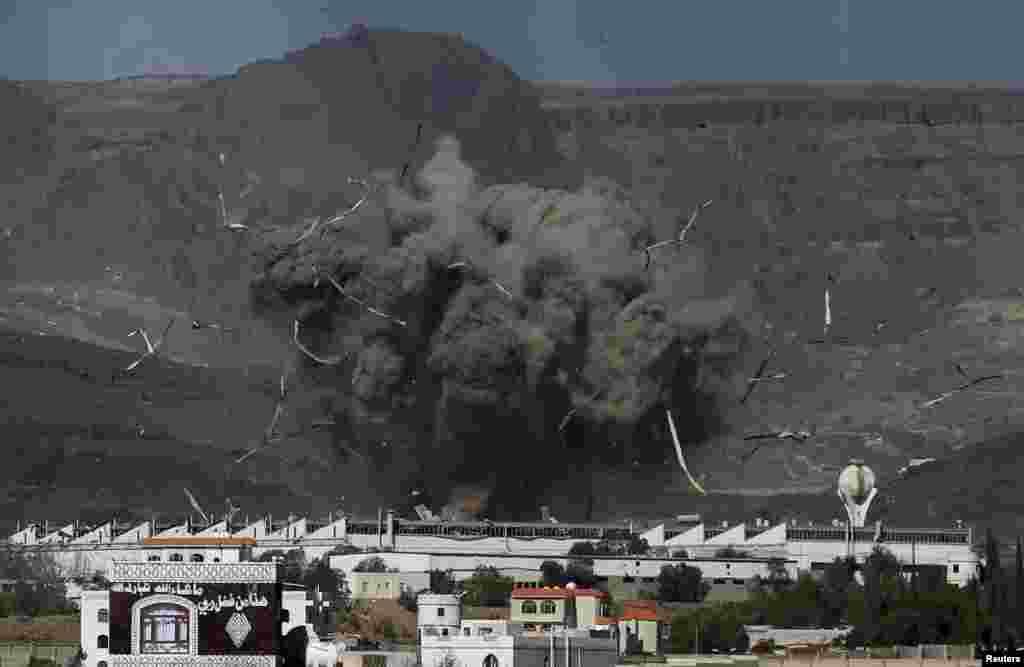 Một cuộc không kích đánh trúng một địa điểm quân do nhóm người Houthi kiểm soát ở thủ đô Sana'a của Yemen, ngày 12 tháng 5, 2015.