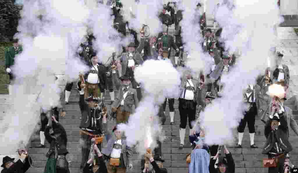 독일 남부 뮌헨에서 '옥토버페스트'의 마지막 날 행사로 열린 바이에른 축제가 열렸다. 전통 복장의 포수들이 장총으로 축포를 쏘고 있다.
