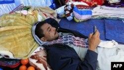 Một người Ai Cập chạy trốn tình trạng bất ổn ở Libya dùng điện thoại di động tại 1 trại tị nạn của UNHCR gần biên giới Libya-Tunisia, 1/3/2011