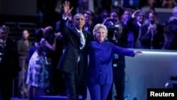 بعد از سخنان اوباما، هیلاری کلینتون روی صحنه به استقبال او آمد.