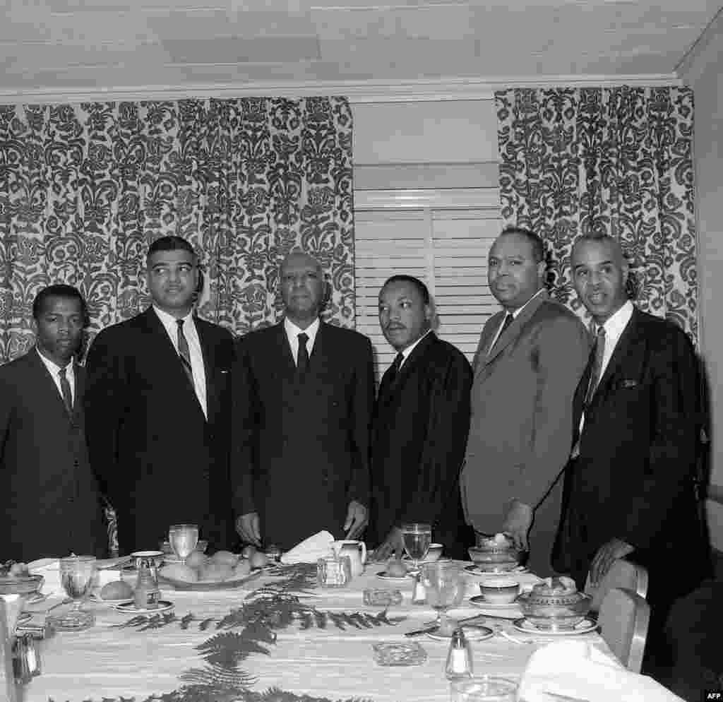 """លោក John Lewis (ទីមួយរាប់ពីឆ្វេង) ជួបប្រជុំជាមួយនឹងមេដឹកនាំទាមទារសិទ្ធិពលរដ្ឋដទៃទៀតដែលរួមមានទាំងលោក Martin Luther King ដើម្បីរៀបចំការតវ៉ាទាមទារសិទ្ធិឲ្យពលរដ្ឋស្បែកខ្មៅ ហៅថា """"March on Washington"""" ទីក្រុងញូវយ៉ក សហរដ្ឋអាមេរិក ថ្ងៃទី ៧ ខែមីនា ឆ្នាំ២០១៥។"""
