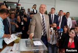 Muharem Ince, predsednički kandidat glavne opozicione Republikanske narodne partije (CHP) glasa u gradu Jalova u Turskoj, 24. juna 2018.