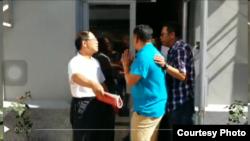 2016年7月26日,胡德华在炎黄春秋杂志社驱赶侵占该社的官方人员。(网友提供)