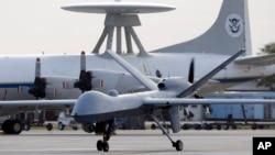 미국 텍사스주 코퍼크스리스티 해군비행장에서 미군 무인기가 활주로 위를 이동하고 있다. (자료사진)