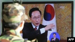 Президент Лі Мен Бак виступає по телебаченню