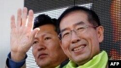 Chính trị gia Nam Triều Tiên Park Won-soon vẫy chào những người ủng hộ ông ở Seoul, 25/10/2011