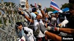反政府抗議者在曼谷街頭挪開政府設置的路障