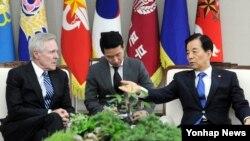 한국을 방문한 레이 메이버스 미국 해군장관(왼쪽)이 19일 서울 국방부에서 한민구 한국 국방장관과 대화를 나누고 있다.