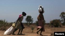 2014年4月1日,南蘇丹一名婦人從糧食發放中心得到糧食。