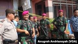 Kawasan rumah dari guru spiritual RMN berinsial SA di Kecamatan Medan Belawan yang dijaga ketat petugas gabungan, Kamis (14/11). (Foto: Anugrah Andriansyah)