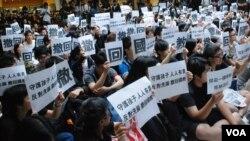 香港城市大學反洗腦集會參加者高舉標語,要求當局撤回國民教育科