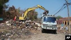 一辆反铲挖掘机在曼谷清理水灾垃圾