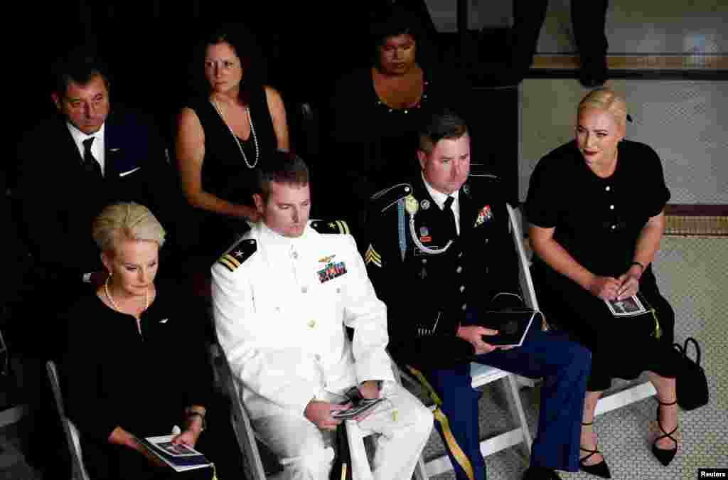 اعضای خانواده سناتور جان مک کین در مراسم گرامیداشت وی در شهر فنیکس، آریزونا