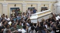 埃及基督徒周日抬着周六冲突中遇难者的棺木,为其举行葬礼