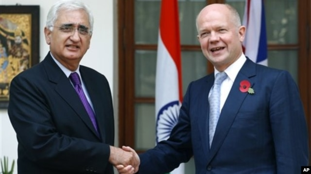 Indian Foreign Minister Salman Khurshid, left, with British Foreign Secretary William Hague, New Delhi, Nov. 8, 2012.