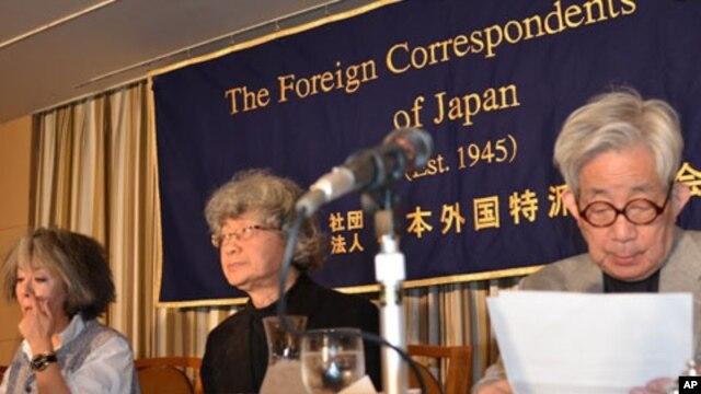 Author Keiko Ochiai, journalist Satoshi Kamata and Nobel literature laureate Kenzaburo Oe prepare to speak to reporters in Tokyo, February 8, 2012.