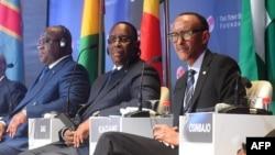 (G-D) Président Felix Tshisekedi ya RDC, mokokani wa ye ya Sénégal Macky Sall elongo na na Paul Kagame ya Rwanda na bokutani ya Fondation Tony Elumelu na Abuja, Nigeria, 27 juillet 2019.