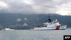 美国海岸警卫队船只在海地岸边准备救援