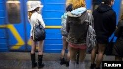 지난 12일 우크라이나 키에프에서 '바지 안 입고 지하철 타기' 행사에 참가한 승객들.