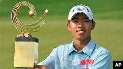 2012年11月4号在泰国的春武里府阿玛塔温泉乡村俱乐部的赢得亚太高尔夫球业余球赛冠军奖杯的的中国选手关天朗在该俱乐部手举奖杯留影。