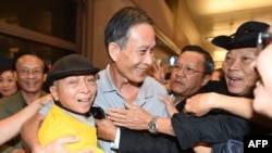 Dissident Vietnamese blogger Nguyen Van Hai, center, greets supporters at Los Angeles International Airport in California on Oct. 21, 2014.