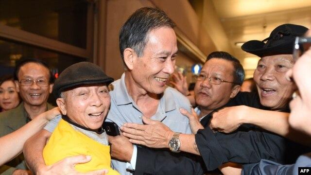 Blogger Điếu Cày Nguyễn Văn Hải được chào đón khi tới phi trường Los Angeles, tối ngày 21/10/2014.