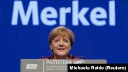 La Chancelliere Angela Merkel s'addresse au parti de l'union sociale chretienne, dans un congres a Munich, Allemagne, november 20, 2015. REUTERS/Michaela Rehle - RTS85ML