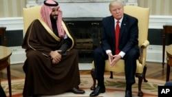 Le président Donald Trump rencontre le ministre saoudien de la Défense et le vice-prince héritier Mohammed bin Salman ben Abdulaziz Al Saud dans le bureau ovale de la Maison Blanche à Washington, le 14 mars 2017. (AP / Evan Vucci)