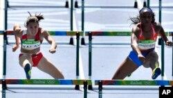 Vận động viên điền kinh của Puerto Rico Jasmine Camacho-Quinn (phải) và vận động viên của Belarus Alina Talay thi đấu ở nội dung 100m vượt rào tại Thế vận hội Mùa hè 2016 ở Rio de Janeiro, Brazil, ngày 16 tháng 8 năm 2016.