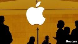FOTO ARSIP – Pelanggan melintas toko Apple di Grand Central Station, New York, NY, AS, 1 Agustus 2018 (foto: Reuters/Lucas Jackson/Foto Arsip)