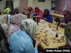 زیر تربیت خواتین زیورت بنا رہی ہیں