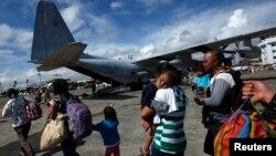 13일 필리핀 중부 타클로반 공항에서 태풍 생존자들이 마닐라로 향하는 미 수송기의 차례를 기다리고 있다.