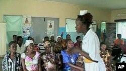 助产士告诉孕妇安全注意事项
