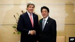 Джон Керри и Шинзо Абе. Токио. 15 апреля 2013 г.