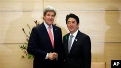 15일 도쿄에서 아베 시조 총리(오른쪽)와 만난 존 케리 미국 국무장관.