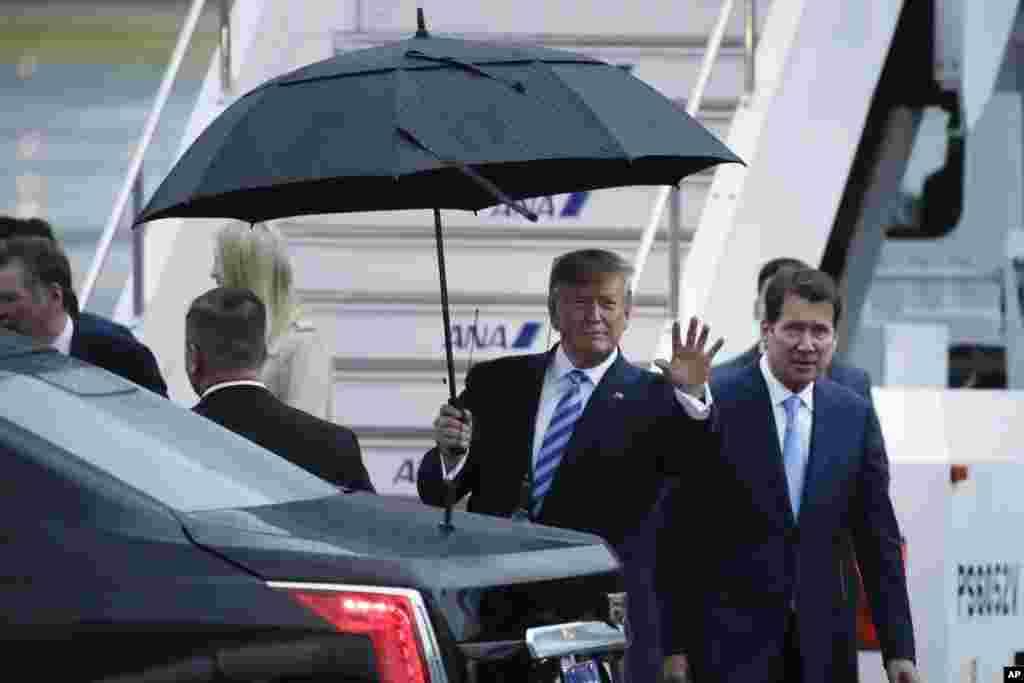 عکسی از پرزیدنت ترامپ در بدو ورود به شهر اوزاکای بارانی. او و رهبران ۱۹ کشور دیگر جمعه و شنبه نشست گروه بیست را برگزار خواهند کرد.