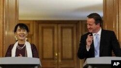 ေဒၚေအာင္ဆန္းစုၾကည္ႏွင့္ ၿဗိတိန္ ၀န္ႀကီးခ်ဳပ္ David Cameron တုိ႔ရဲ႕ ပူးတြဲ သတင္းစာ ရွင္းလင္းပြဲ။ (ဇြန္ ၂၁၊ ၂၀၁၂)