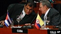 El presidente Rafael Correa (izq.) propuso que el gobernante Raúl Castro (der.) asistiera a la Cumbre, lo que violaría principios consagrados por la OEA y también por la ONU.