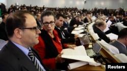 Louisa Hanoune, deuxième à gauche, chef du parti des travailleurs algériens, assiste à la session du vote sur les réformes constitutionnelles à Alger, le 7 février 2016.